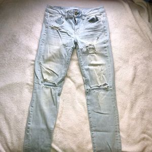 AE light wash distressed jeans! Size 4